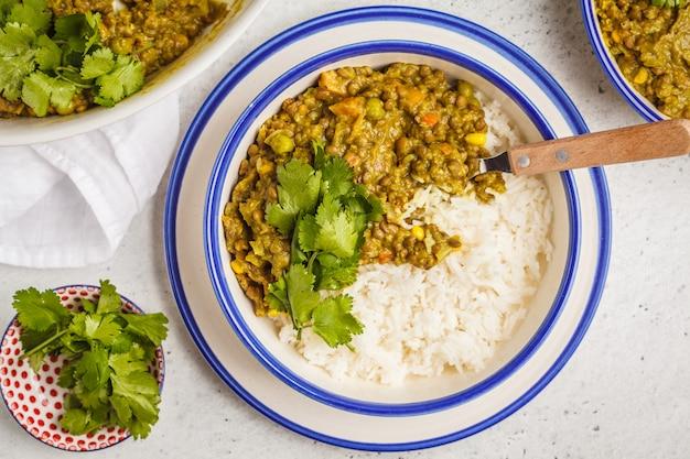 Linsencurry mit reis, indische küche, tarka dal auf weiß. veganes essen.