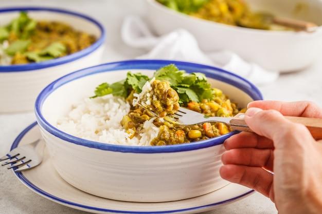 Linsencurry mit reis, indische küche, tarka dal, weißer hintergrund. veganes essen.
