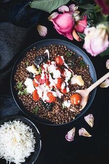 Linsengericht mit tomaten und gebackenem spinat und mit joghurt und tahinisauce