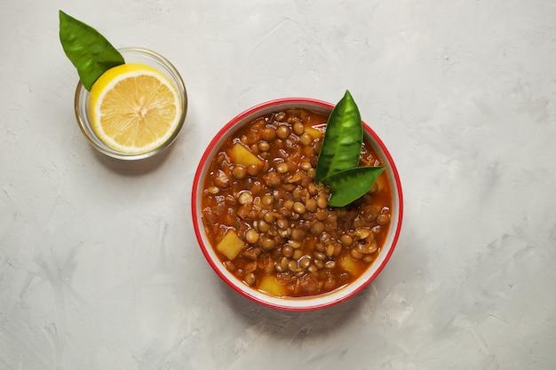Linsensuppe. adasi persische suppe mit linsen.