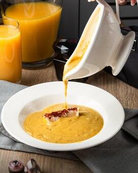 Linsensuppe reine suppe auf dem tisch