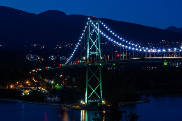 Lions gate bridge, sonnenuntergang und abend der schönen stadt am pazifischen ozean in vancouver kanada.