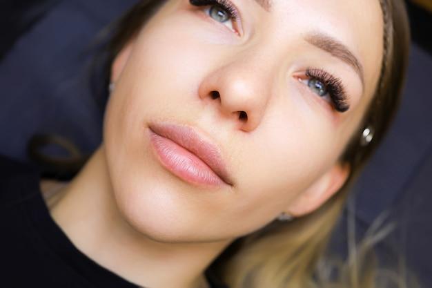 Lippen eines model-mädchens vor dem permanenten lippen-make-up