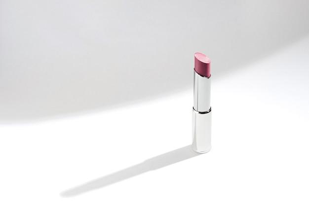 Lippenstift auf weißem cyclorama mit modischem licht