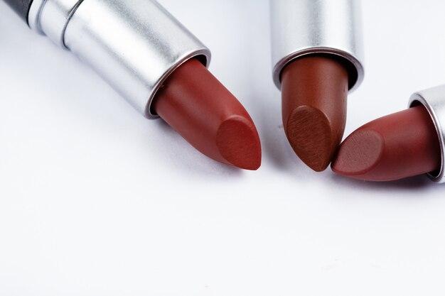 Lippenstift auf weißem hintergrund, pigment und textur der farbe anzeigen