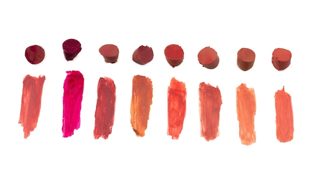 Lippenstift-farbfelder isoliert auf weißem hintergrund. ansicht von oben.