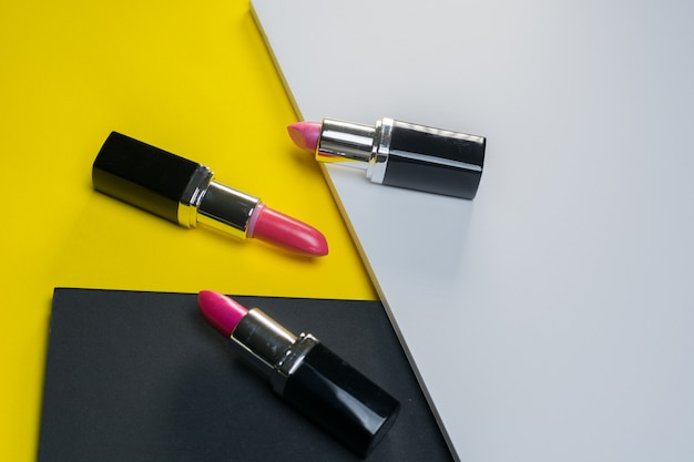 Lippenstift in verschiedenen farben mit spezieller beleuchtung