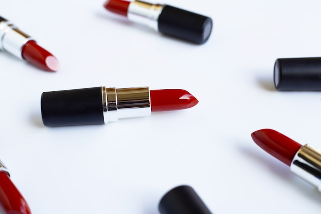 Lippenstifte auf weißem, schönem make-upkonzept