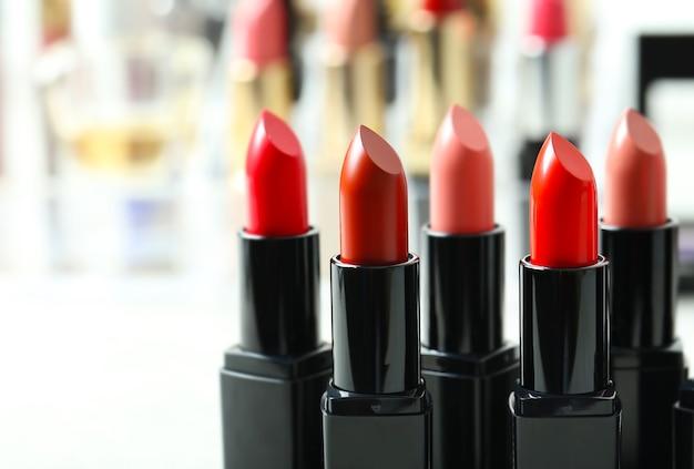 Lippenstifte in verschiedenen farben, nahaufnahme