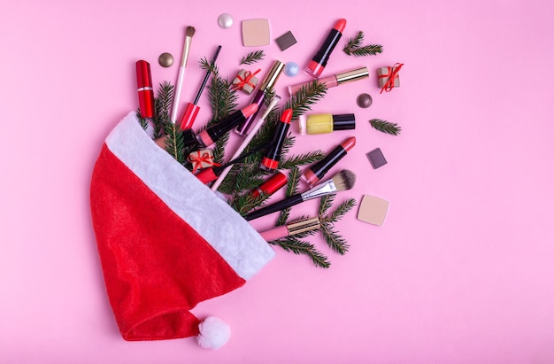 Lippenstifte und weihnachtsdekoration auf rosa hintergrund