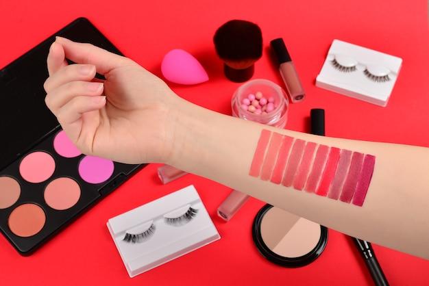 Lippenstiftmuster auf frauenhand.