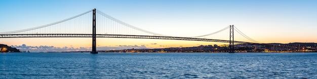 Lissabon-brücke in der abenddämmerung