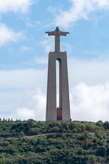Lissabon, portugal 18. april 2019: die statue von jesus christus in lissabon, portugal