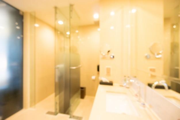 Lit bad mit einem großen spiegel