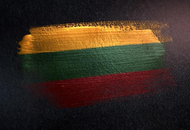 Litauen-flagge gemacht von der metallischen bürsten-farbe auf dunkler wand des schmutzes