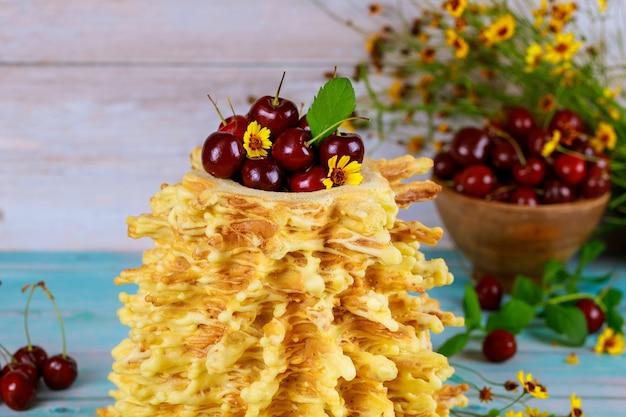 Litauische spuckkuchen-sakotis mit frischen kirschen.