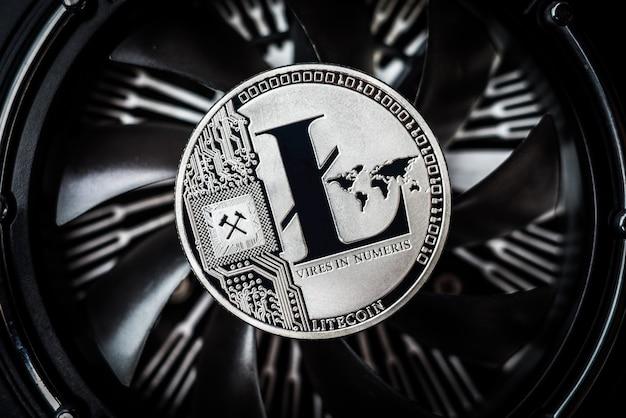 Litecoin münze auf dunklem hintergrund