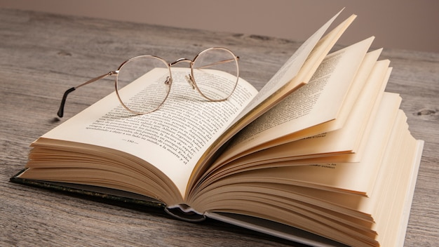 Literaturkonzept mit brille auf buch