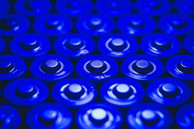 Lithium-batterie-muster. batterien in blauem licht.