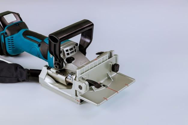 Lithium-ionen-akku-tischler, spezielle fräsmaschine, arbeitet in der werkstatt nur mit lamellen