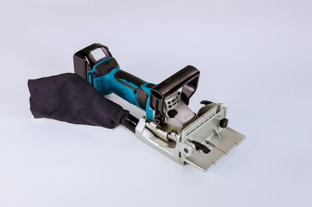 Lithium-ionen-akku-tischler, werkzeug nur in der werkstatt mit lamellen und einer speziellen fräsmaschine