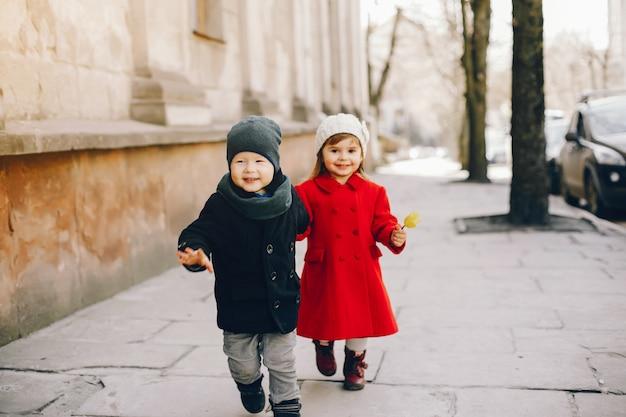 Litlle kinder in einem park