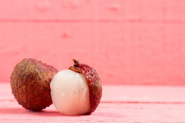 Litschi frisch auf rosa holz