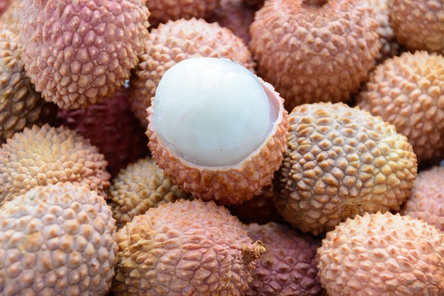 Litschi (lee-chee; litchi chinensis) ist das einzige mitglied der gattung litchi in der familie der seifenbaumgewächse, sapindaceae. reife litschi ohne schale. tropische frucht.