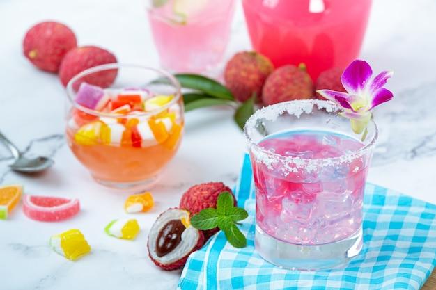 Litschigelee, obst der saison und wunderschön dekoriertes thailändisches dessertkonzept.