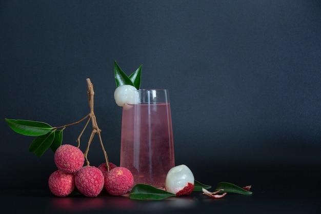 Litschisaft und litschifrucht.
