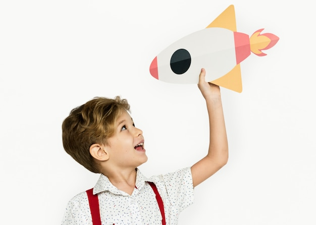 Little boy-lächelndes glück-papierhandwerks-künste rocket studio portrait