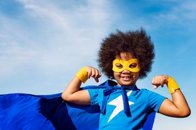 Little boy-superheld-konzept