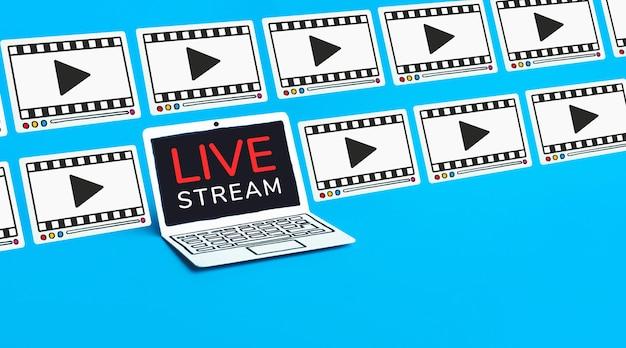 Live-streaming-text auf dem laptop auf einem blauen hintergrund