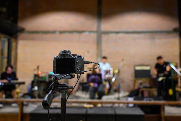Live-übertragung über videokamera erschießen sie musiker, die konzerte spielen, ohne dass jemand beim konzert zusieht.
