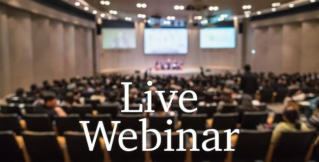 Live-webinar-text über unscharfem foto des konferenzsaals oder seminarraums ohne teilnehmerhintergrund