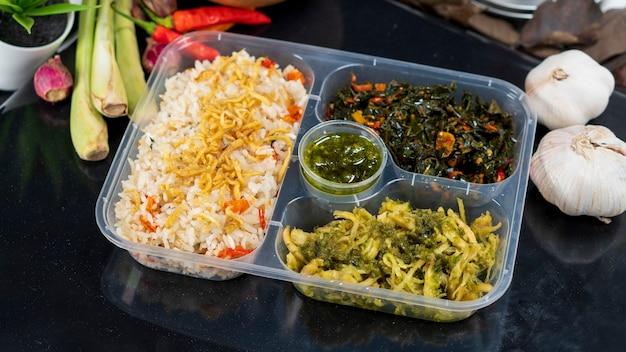 Liwet rice oder nasi liwet ist ein traditionelles lebensmittel aus indonesien für kommerzielle verpackungen