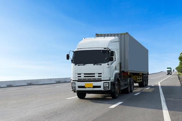 Lkw auf landstraßenstraße mit behälter, import, logistischer transport des exports