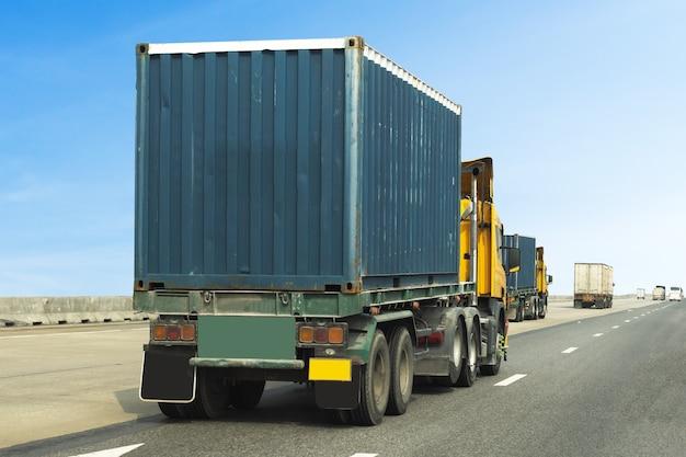 Lkw auf landstraßenstraße mit blauem behälter