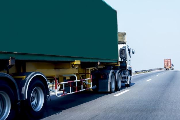 Lkw auf landstraßenstraße mit grünem behälter, transport auf der schnellstraße