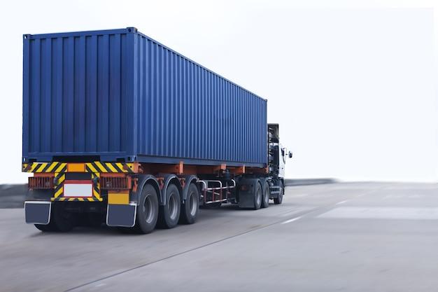 Lkw auf straße mit blauem behälter, import, logistischer industrieller transport des exports