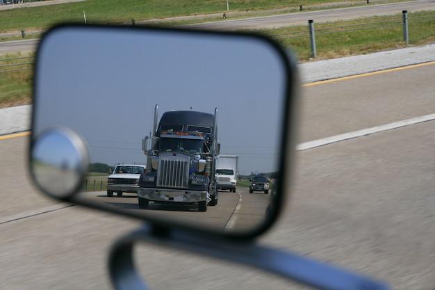 Lkw, der hintere ansicht vom straßenspiegel kommt