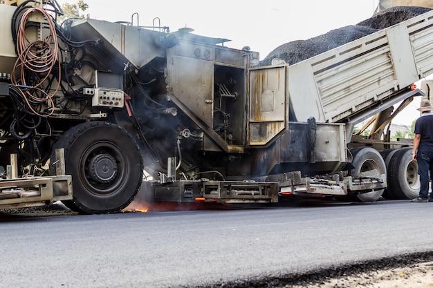 Lkw entladen asphalt zur maschine für reparatur straße
