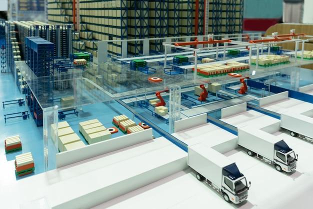 Lkw im lager - ladedocks. automatisiertes lager. kästen mit ersatzteilen, die sich auf dem förderband bewegen.