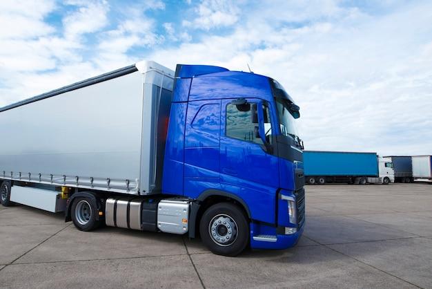 Lkw langes fahrzeug bereit für lieferung und transport