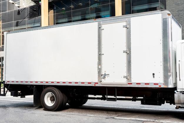 Lkw mit mock-up-platz für anzeigen