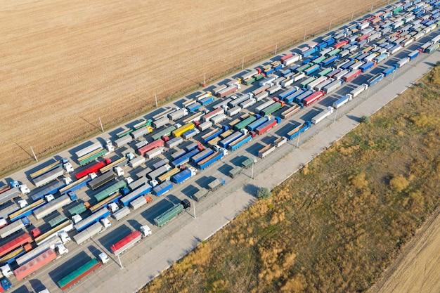 Lkws in der schlange am verladeterminal. transport von gütern mit autos.