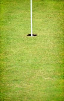 Loch auf dem grün eines golfplatzes