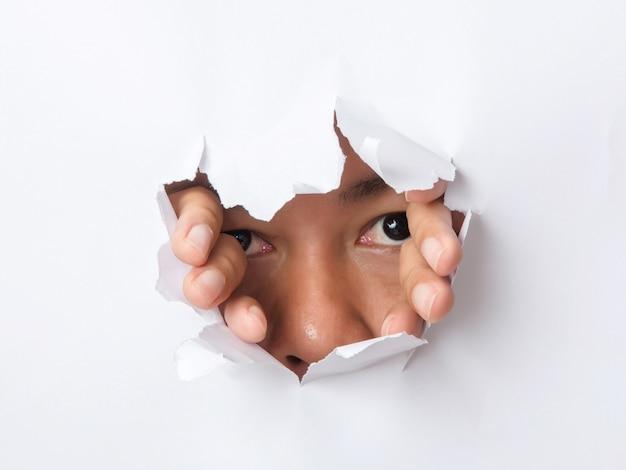 Loch zerrissen in papier mit dem auge des menschen