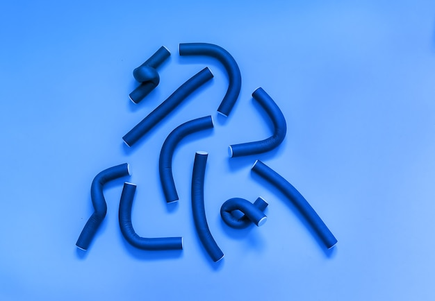 Lockenwicklerinnen auf einer blauen oberfläche