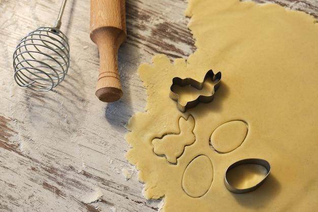 Lockige kekse in form eines hasen, kekse für ostern